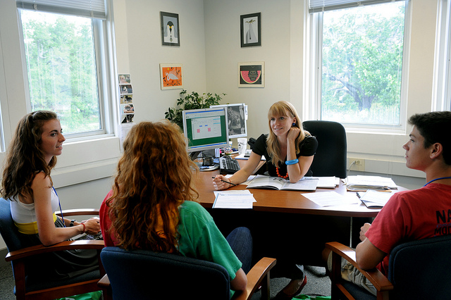 Students meeting with agent at the Tulane Public Relations desk during Orientation